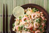 Fried rice with shrimp and vegetables close-up, horizontal top v — Stock Photo