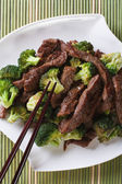 Chinese beef with broccoli closeup. vertical top view — Stock Photo