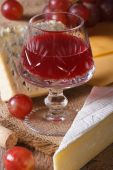 Red wine with cheese and grapes close-up vertical — Stock Photo