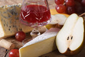 Red wine with cheese and fruit close-up horizontal — Stock Photo