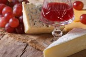 Red wine with cheese and grapes close-up horizontal — Stock Photo