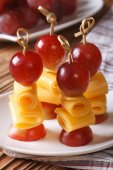 Grapes and cheese on skewers closeup vertical — Stock Photo