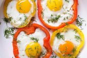 Fried eggs with peppers macro. horizontal top view — Stock Photo