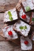 布朗尼蛋糕与薄荷和樱桃纸垂直顶视图 — 图库照片
