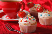 cupcakes with strawberries and a cup of tea. Horizontal  — Stock Photo