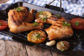 Chicken legs grilled on a grill pan close-up. horizontal — Stock Photo