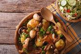 Hausgemachten Speisen: Gebratene Kartoffel mit Pilzen und Salat — Stockfoto