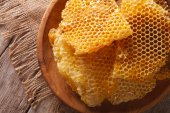 Honeycomb in the wooden plate close-up. Horizontal top view — Stock Photo