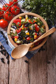 Mexikanischer Salat in eine hölzerne Schüssel, close-up vertikal oben — Stockfoto
