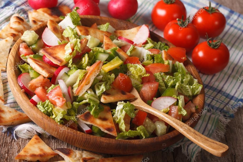 Traditionelle arabische Fattoush Salat Nahaufnahme auf einer ...