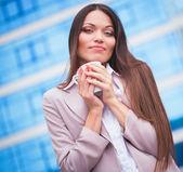 Vrouw met kop koffie — Stockfoto