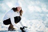 雪で遊んでいるガール フレンド — ストック写真