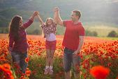 Family on the poppy field — Stockfoto
