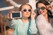 Two girls taking selfie — Stock Photo