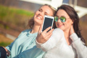 Two girls taking selfie — Stock Photo