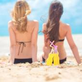 Two girlfriends resting on the beach — Stock Photo