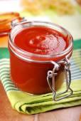 Salsa de tomate en tarro de cristal — Foto de Stock