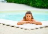 Retrato de joven feliz relajarse en la piscina — Foto de Stock