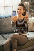 Cheerful young woman making selfie in loft apartment — Stock fotografie