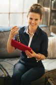 Portrait of happy young woman opening jewelry — ストック写真
