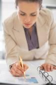 Close-up op zakenvrouw in document schrijven — Stockfoto