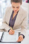 Портрет женщины бизнес письменной форме в документе — Стоковое фото