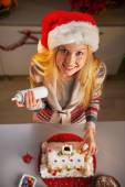Portrait of happy teenager girl in santa hat decorating christma — Stock Photo