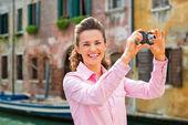 Gülümseyen genç kadın fotoğrafta Venedik, İtalya — Stok fotoğraf