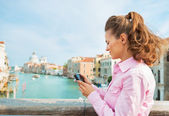 Young woman standing on bridge with grand canal view in venice, — Stock Photo