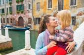 Mother and baby girl kissing in venice, italy — Stock Photo