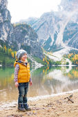 Full length portrait of child on lake braies in south tyrol, ita — 图库照片