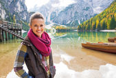 Portrait of happy young woman on lake braies in south tyrol, ita — Stock fotografie