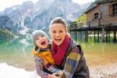 Retrato de la feliz madre y bebé en lago braies en Tirol del sur, — Foto de Stock
