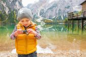 Child checking photos in camera on lake braies in south tyrol, i — Stock Photo