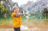 Happy child taking photo of lake braies in south tyrol, italy — Stock Photo