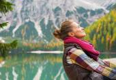 Portrait of relaxed young woman on lake braies in south tyrol, i — 图库照片