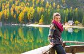 Young woman looking on on lake braies in south tyrol, italy — Stock Photo