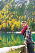 Portrait of happy young woman on lake braies in south tyrol, ita — Stock Photo
