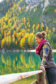 Young woman with on lake braies in south tyrol, italy looking in — Stock Photo
