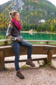 Young woman on lake braies in south tyrol, italy — Stock Photo