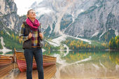 Relaxed young woman on lake braies in south tyrol, italy — Stock Photo
