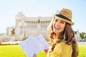 Portret van gelukkige jonge vrouw met attracties te onderzoeken op kaart — Stockfoto