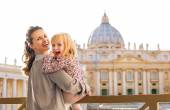 Portrait of happy mother and baby girl in front of basilica di s — Stock Photo