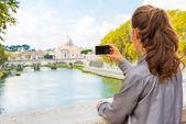 Jonge vrouw nemen foto terwijl op de brug ponte umberto I met vi — Stockfoto