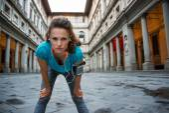 Fitness žena chytání dýchat nedaleko galerie uffizi ve Florencii, — Stock fotografie