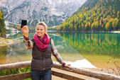 Woman hiker taking a selfie at Lake Bries with autumn colours — Stock Photo