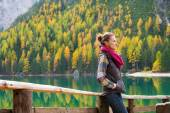 Woman hiker with hands in pockets rests at Lake Bries — Stock Photo