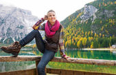 Smiling woman hiker posing at Lake Bries with autumn colours — Stock Photo