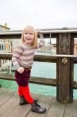 Happy blonde girl looking over shoulder on bridge in Venice — Stock Photo