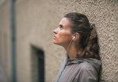Retrato de aptidão jovem escuta música ao ar livre — Fotografia Stock
